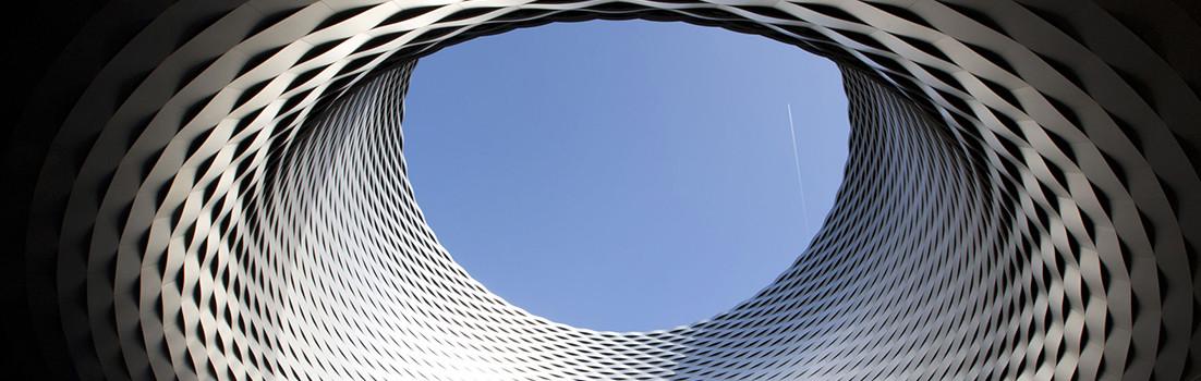 Façade en aluminium anodisé du hall d'exposition de Bâle